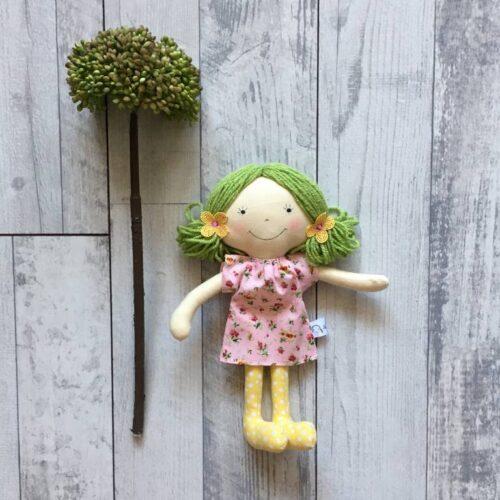 zöld hajú textilbaba