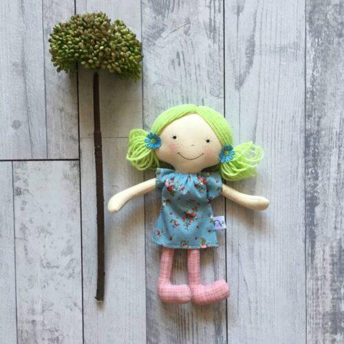 világos zöld hajú textilbaba