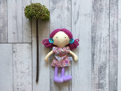 lila hajú textilbaba